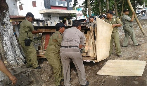 Satpol PP Tertibkan Lapak PKL Liar Di Jalan Utama
