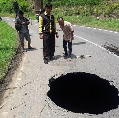Muncul Lubang Besar, di Jalan Bruno-Wonosobo, Truk NyarisTerperosok