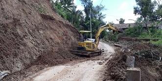 BPBD Kerahkan Alat Berat Buka Jalan Watu Duwur