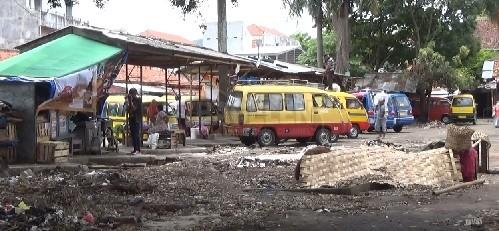 Petugas dan Pedagang Bersihkan Bekas Pasar Darurat Kongsi