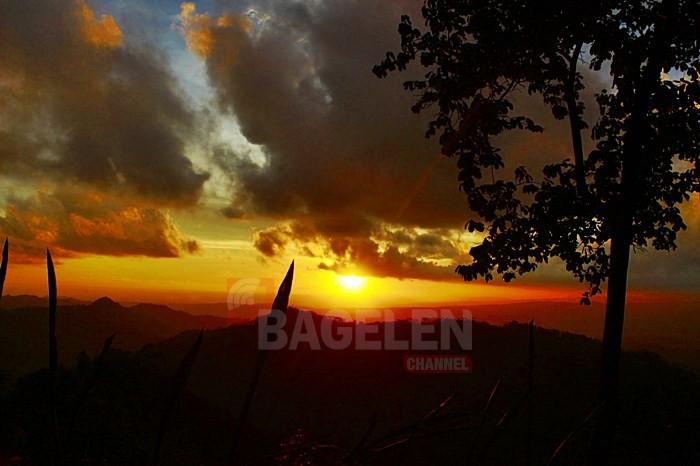 Pesona Golden Sunrise dan Sunset Gunung Wayang Sangat Menawan
