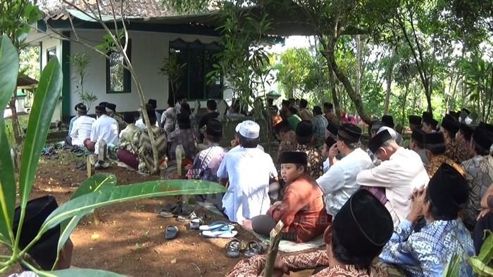Nyadran Ratusan Warga Ziarah ke Makam Sesepuh Desa