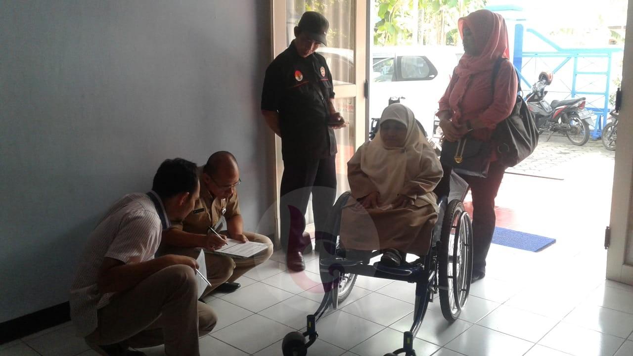 Bantuan Kursi Roda untuk Guru TK Ulul Albab