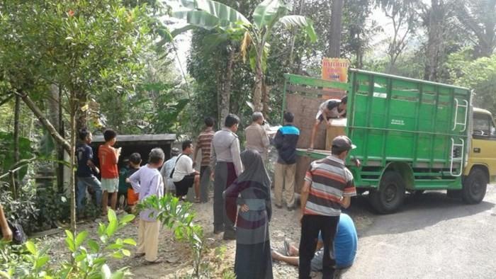 Sebuah Mobil Box Berisi Ijazah SMP Nyungsep di Kaligesing