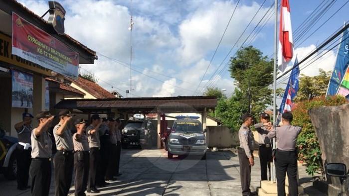 Berkabung Jajaran Polres Purworejo Kibarkan Bendera Setengah Tiang