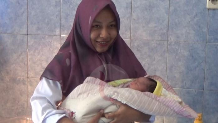 Gempar Bayi Mungil Telanjang Ditemukan di Kardus dalam Warung Kosong