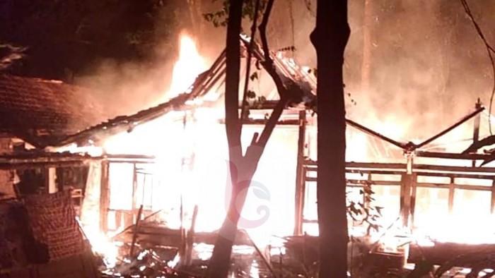 Konsleting Listrik, Rumah Mbah Muhtar Habis Terbakar